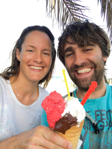 Angie's birthday: enjoying the great gelato of Bobocono at Poetto beach.